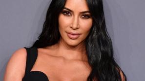 كيم كارداشيان (Kim Kardashian ! قصات وتسريحات وصبغات فقط لكيم!