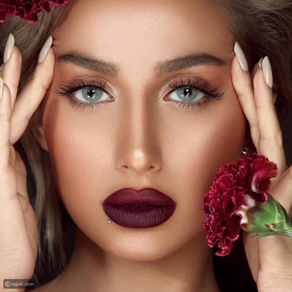 عارضة الأزياء السعودية موديل روز بإطلالات وتسريحات جريئة