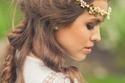تسريحة يونانية مع مجوهرات الشعر