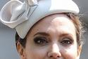 أنجلينا بتسريحة ملكية وقبعة