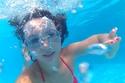 تعرض الشعر لملح البحر ومياه المسبح بإفراط يسبب جفاف الشعر