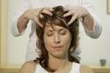 تدليك وتنظيف الشعر بأطراف الأصابع