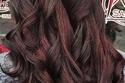 الشعر الأسود مع صبغة خصل أحمر داكن