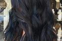 الشعر الأسود مع صبغة خصل بنفسجي