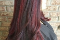 الشعر الأسود مع صبغة خصل أحمر