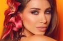 تسريحات شعر ناعمة على طريقة أنابيلا هلال مع وردة جذابة على الشعر