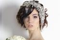 تسريحة شعر عروس قصير مع اكسسوار عريض