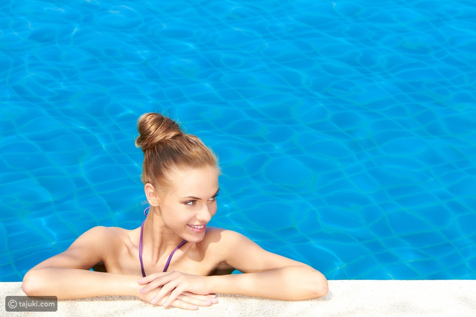 كيفية العناية بالشعر في أيام السباحة