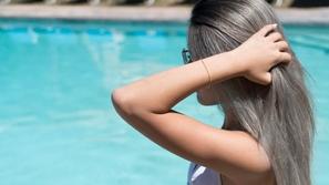 تعلمي طريقة حماية الشعر من حمامات السباحة