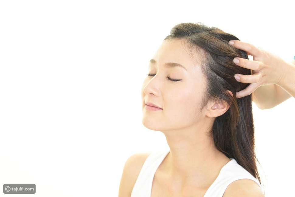 طريقة تدليك فروة الرأس لتطويل الشعر بالزيوت الطبيعية