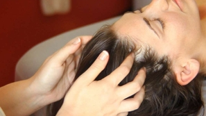 طريقة تدليك فروة الرأس لتطويل الشعر