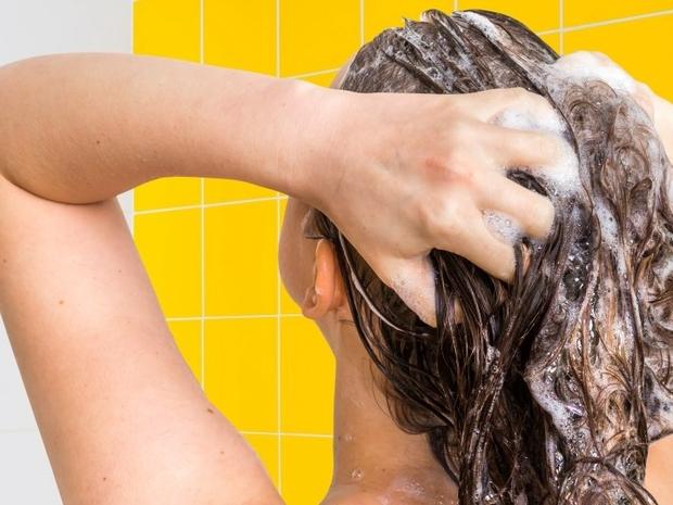 أضرار غسل الشعر يومياً في الصيف