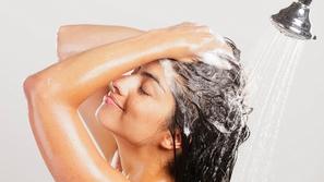 احرصي على تطبيق هذه الخطوات للعناية بالشعر قبل الاستحمام!