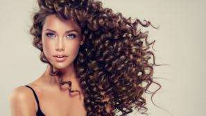علاج الشعر المجعد طبيعيًا